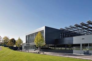Die Dachkonstruktion mit Photovoltaikpaneelen visualisiert das Produktionsgebäude als Kraftwerk(ausführlicher Bericht in DBZ 3 | 2018)