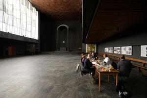 Jurysitzung in einem der schönsten Räume Duisburgs, in der Oberkirche der Liebfrauenkirche (1958–1960. Architekt: Toni Hermanns)