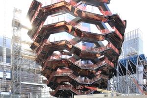 """Die """"Vessel"""" (Gefäß) genannte Treppenskulptur im Hudson Yards, New York City, kurz vor der Fertigstellung"""