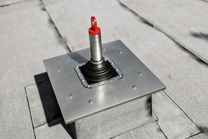 Abb.3: Der JET-Revisions-AK bildet einen abgedichteten und gedämmten Raum um die Anschlageinrichtung herum, der nicht unmittelbar mit der übrigen Dachabdichtung und -dämmung verbunden ist. So wird ein Blick auf die Dachbefestigung möglich, ohne dass die intakte Gebäudehülle geöffnet werden muss