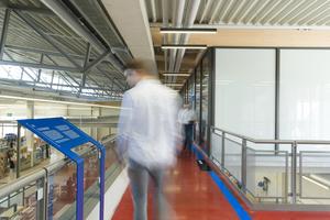 """Bei dem Konzept """"Bildende Bauten"""" vermitteln Infotafeln Mitarbeitern und Besuchern technische Aspekte und ökologische Zusammenhänge"""