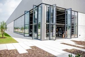 Für die Fassaden der Produktionshallen wurden die Glasfaltwände erstmals in einer Höhe von 5,20m produziert<br />