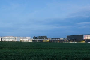 Der Neubau des Solarlux-Campus liegt auf einem Gelände an der A30, das ein sehr großes Gefälle aufweist