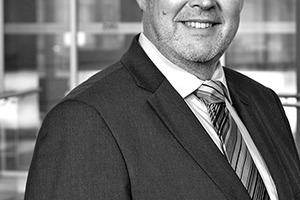 """<div class=""""autor_linie""""></div><h2>Autor </h2><div class=""""autor_linie""""></div><p><strong>Dr. Jürgen Waldorf </strong>ist Geschäftsführer von licht.de, </p><p>einer Brancheninitiative des ZVEI - Zentralverband Elektrotechnik- und Elektronikindustrie e.V.. Die Webseite bietet auf über 5000 Seiten herstellerneutrale und kompetente Informationen rund um Licht und Beleuchtung. Architekten und Planer finden hier Tipps, Anwendungsbeispiele, Checklisten, Normen und Formeln für die Planung. Die Printhefte aus der Schriftenreihe licht.wissen bündeln fundiertes Expertenwissen und behandeln Anwendungsbereiche wie Industrie und Gewerbe oder übergeordnete Themen wie Human Centric Lighting, Lichtmanagement und Sicherheitsbeleuchtung.</p><p></p><div class=""""autor_linie""""> </div><p>Informationen unter: <a href=""""http://www.licht.de"""" target=""""_blank"""">www.licht.de</a></p>"""
