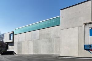 Eine große Herausforderung bestand darin, mit den Sichtbetonfertigteilen der Fassade wie auch mit dem Profilglasband ohne sichtbare Unterschiede an die Gestaltung des Bestands anzuknüpfen