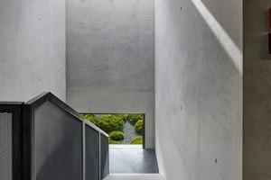 Die Sichtbetonoberflächen im Gebäude sind von hoher Qualität, wie hier im Treppenhaus