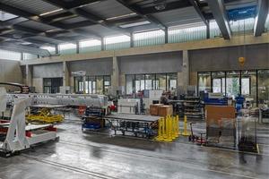 Von der Montagehalle blickt man, dank der großzügigen Verglasungen und Fensteröffnungen, direkt in die Produktionsbüros