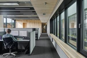 Die Entwicklerbüros im Obergeschoss des Kopfbaus: Weiche Oberflächen wie Teppichboden oder mit Filz belegte Deckenbaffeln sorgen für gute Schalldämpfung