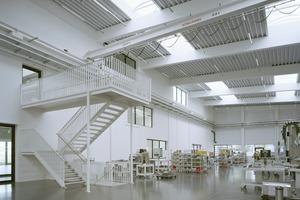 rechts unten: Großzügige Oberlichter, Ein- und Ausblicke prägen eine offene und helle Arbeitsatmosphäre