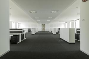 links: Die offene Bürolandschaft mit hochwertiger Ausstattung ist mit akustisch wirksamen Trennwänden in drei offene Gruppenzonen unterteilt. Die Breite der Büroetage ermöglicht zukünftig vielfältige Umbaumöglichkeiten