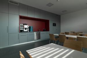 oben: Aufenthaltsraum mit Küchenzeile