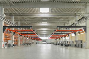 Ein Oberlichtstreifen aus Industrieglas betont den dynamischen, gestreckten Charakter der Halle und lässt in Verbindung mit den Öffnungen im Dach viel Tageslicht einfallen