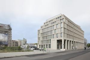 Der Hotelneubau am östlichen Petri-Platz. Links wird gerade die Baugrube für das Bet- und Lehrhaus ausgehoben
