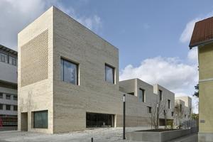 Der Bibliotheksneubau reagiert städtebaulich mit Mauer und Hochpunkten