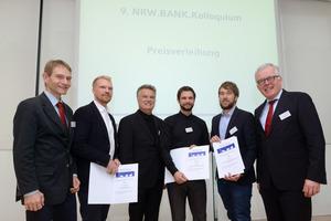 """Bei der Preisverleihung des NRW.BANK.Studienpreises """"Wohnen und Stadt"""" (v.l.): Daniel Zerweck (Juror), Lion Lukas Naumann, Hartmut Miksch (Juror), Dr. Frank Schulz, Moritz Hans und NRW.BANK-Vorstand Dietrich Suhlrie"""