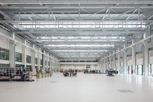Die Präzision der Fassade setzt sich auch im Innenraum fort: Stützenfrei ermöglicht die zentrale Halle maximale Flexibilität
