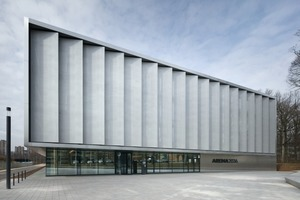 oben: Die vertikalen Segel der Eingangsfassade geben dem Gebäude ein markantes Gesicht