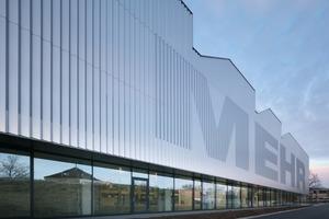 unten: Die Fassade im Erdgeschoss ist für Fußgänger und Autofahrer transparent – der Blick in das Gebäude ungehindert