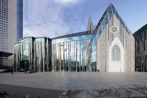 Ostansicht Kirche mit Universitätsbauten