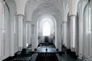 Blick in den Kirchenraum mit den schwebenden Säulen und hier geschlossenem gotischem Flügelaltar, Orignial aus der alten Kirche