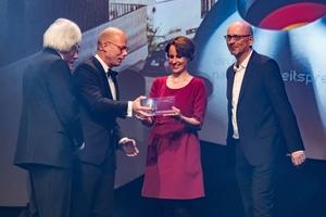 Überreichten den Preis: DGNB Präsident Alexan-der Rudolphi(l.) und Dr. Günther Bachmann (2.v.l., Generalsekretär Rat für Nachhaltige Entwicklung)