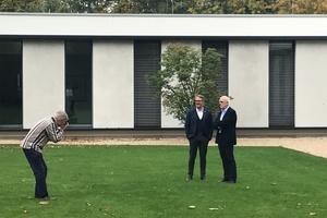 Bei agn am Hauptsitz in Ibbenbüren zu Besuch: erst das Gespräch, dann die Fotos auf dem Rasen