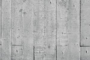 Bild 11: Raue Brettschalungen gehören zu den gängigen Oberflächenstrukturierungen. Matrizen bieten heute fast jedes Dekor für strukturierte Sichtbetonflächen