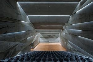 Bild 5 (links): Im Konzerthaus Blaibach wirken die Lufteinschlüsse an der Oberfläche des Leichtbetons wie Wandmalereien