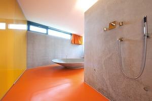 """Bild 10 und 11: Der private Bauherr wünschte """"Rohbauqualität"""" für sein Sichtbetonhaus. Zufällig zeichnen sich im Bad die Bewehrungsmatten wie quadratische Kacheln an der Wand ab"""