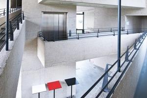 Bild 1: Im Innenraum verändert sich Sichtbeton nicht, es sei denn, die Flächen werden bemalt oder mechanisch beschädigt (Hochschule für Fernsehen und Film, München)