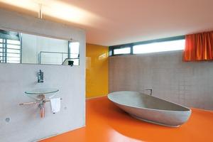 """Bild 9 und 10: Der Bauherr wünschte """"Rohbauqualität"""" für sein Sichtbetonhaus −zufällig zeichnen sich im Bad die Bewehrungsmatten wie quadratische Kacheln an der Wand ab"""