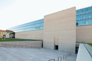 Bild 4: Die Fassade am Staatlichen Museum Ägyptischer Kunst (SMÄK) und der Hochschule für Fernsehen und Film (HFF), München, zeigt bewusst raue, horizontal geschichtete Betonierabschnitte