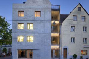 In direkter Nachbarschaft zum Ulmer Münster und der Fußgängerzone steht das Wohn- und Geschäftshaus K5. Das aus einem Guss erscheinende Gebäude ist deutschlandweit das erste Haus, bei dem kerngedämmter Dämmbeton verbaut wurde. Dies erforderte eine frühzeitige Abstimmung aller am Bauprozess Beteiligten und nicht zuletzt eine Zustimmung im Einzelfall (ZiE)