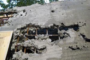 Die Fließeigenschaften des Dämmbetons führten anfänglich zu mangelhaften Ergebnissen, so dass der Architekt die ersten Wände komplett abreißen ließ. Durch eine angepasste Rezeptur, das Eingießen mit Kübeln und den Einsatz von Rüttlern wurde das gewünschte Resultat erzielt