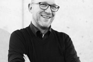 """<p><span class=""""kastentext_hervorgehoben"""">hochstrasser.architekten<br />Adrian Hochstrasser</span></p><p></p><p>Studierte von 1988–90 Produktgestaltung an der FH Schwäbisch-Gmünd, anschließend arbeitete er als Assistent am IFG Ulm und begann 1992 sein Architekturstudium an der FH Biberach. Nach Abschluss des Studiums 1996 gründete er das Büro hochstrasser bleiker architekten in Ulm und St. Gallen. Ab 2001 arbeitet er in verschiedenen Filmprojekten und gründete danach das Büro hochstrasser.architekten in Ulm. 2004–2009 Lehrauftrag Gestaltungslehre und Architekturpraxis an der Hochschule Biberach. </p>"""