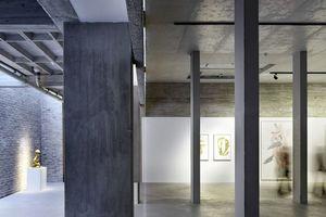 """Blick in das Erdgeschoss mit den Betonstützen, die den """"Tisch"""" tragen. Eine 4cm-Fuge trennt ihn von der Wand"""