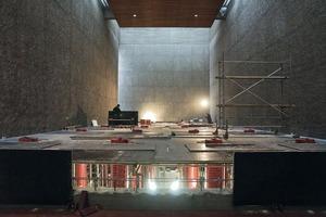 """Aufbau des so genannten """"Tisches"""" im Kirchenraum"""