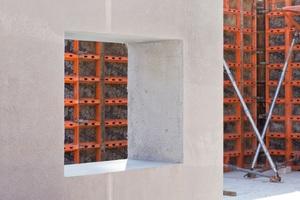 """Die Außenwände der """"Betonoase"""", in Berlin-Friedrichsfelde aus dem innovativen Baustoff Infraleichtbeton, werden mit der LOGO.3 von PASCHAL geschalt."""