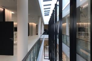 Wichtiges gestalterisches Element ist die Glasfuge zwischen dem Lichthof und dem neuen Plenarsaal, zwischen Alt und Neu.