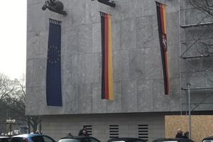 Die Fahnenträger des Bildhauers Jürgen Weber sind wieder an ihrem Platz