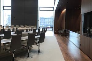 Blick in den Plenarsaal, rechts der Bereich mit den Sprecherkabinen und der Loge