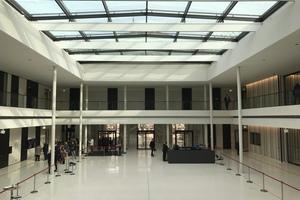 Der neue Lichthof: Die Fassade des ehemaligen begrünten Innenhofs ist gewichen, der Raum mit einem Glasdach überdacht.
