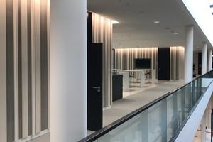 Im Bereich der Glasfuge zieht sich ein Luftraum vom Erdgeschoss bis ins Obergeschoss und markiert so den Bereich zwischen Alt und Neu.