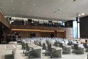 Blick in den Plenarsaal im Bereich der Sprecherkabinen