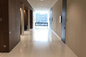 Erschließungszone im Erdgeschoss: Hinter den mit Holz verkleideten Wänden liegen Sprecherkabinen und Logen