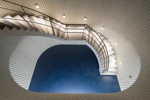 Zwei großzügige Treppen verbinden die Garage mit dem darüber liegenden, neu angelegten Park