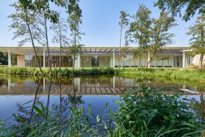 Der lang gestreckte Neubau mit dem markanten Stahldach öffnet sich mit großzügigen Glasflächen zum Landschaftspark und bietet so spannende Ein- und Ausblicke