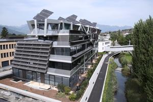 Die beweglichen Flügel der PV-Anlage des active energy buildings in Vaduz werden von einem Solar-Tracker zu höchster Effizienz gesteuert