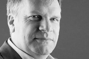 """<div class=""""autor_linie""""><strong>Prof. Dr.-Ing Tillmann Klein </strong>studierte Architektur an der RWTH Aachen und besuchte später die Kunstakademie in Düsseldorf, Klasse Baukunst. Auf Tätigkeiten in verschiedenen Architekturbüros folgte die Spezialisierung auf Glasfassaden und Glasdachkonstruktionen. Seit September 2005 leitet er die Facade Research Group an der TU Delft, Fakultät für Architektur. Von 2008 bis 2016 war er Leiter des Fassadenberatungsbüros Imagine Envelope b.v. in Den Haag. Derzeit ist Klein Professor für Produktinnovation an der TU Delft und seit 2015 Gastprofessor an der Professur für Entwerfen und Gebäudehülle der TUM.<br /></div><p>Informationen unter: <a href=""""http://www.hk.ar.tum.de"""" target=""""_blank"""">www.hk.ar.tum.de</a></p>"""