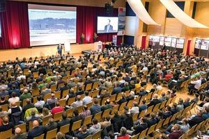 Kongresseröffnung von Pilot Philip Keil mit einem atemberaubenden Vortrag über Teamwork und Krisenmanagement<br />